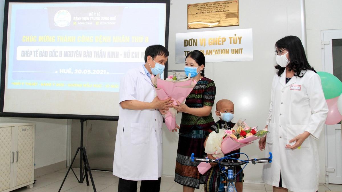 Cháu Hồ Chi N. cùng mẹ được y, bác sĩ chúc mừng ngày ra viện.