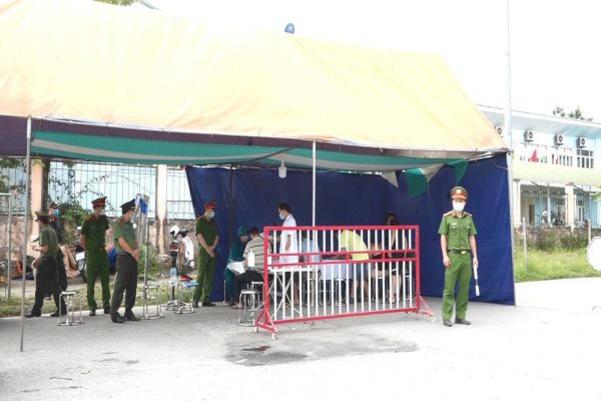 Chốt kiểm dịch Y tế liên ngành tại nút giao IC 14 đường cao tốc Nội Bài - Lào Cai thực hiện công tác khai báo y tế đối với người và phương tiện vào địa bàn huyện Văn Yên. Ảnh: Hồng Vân.