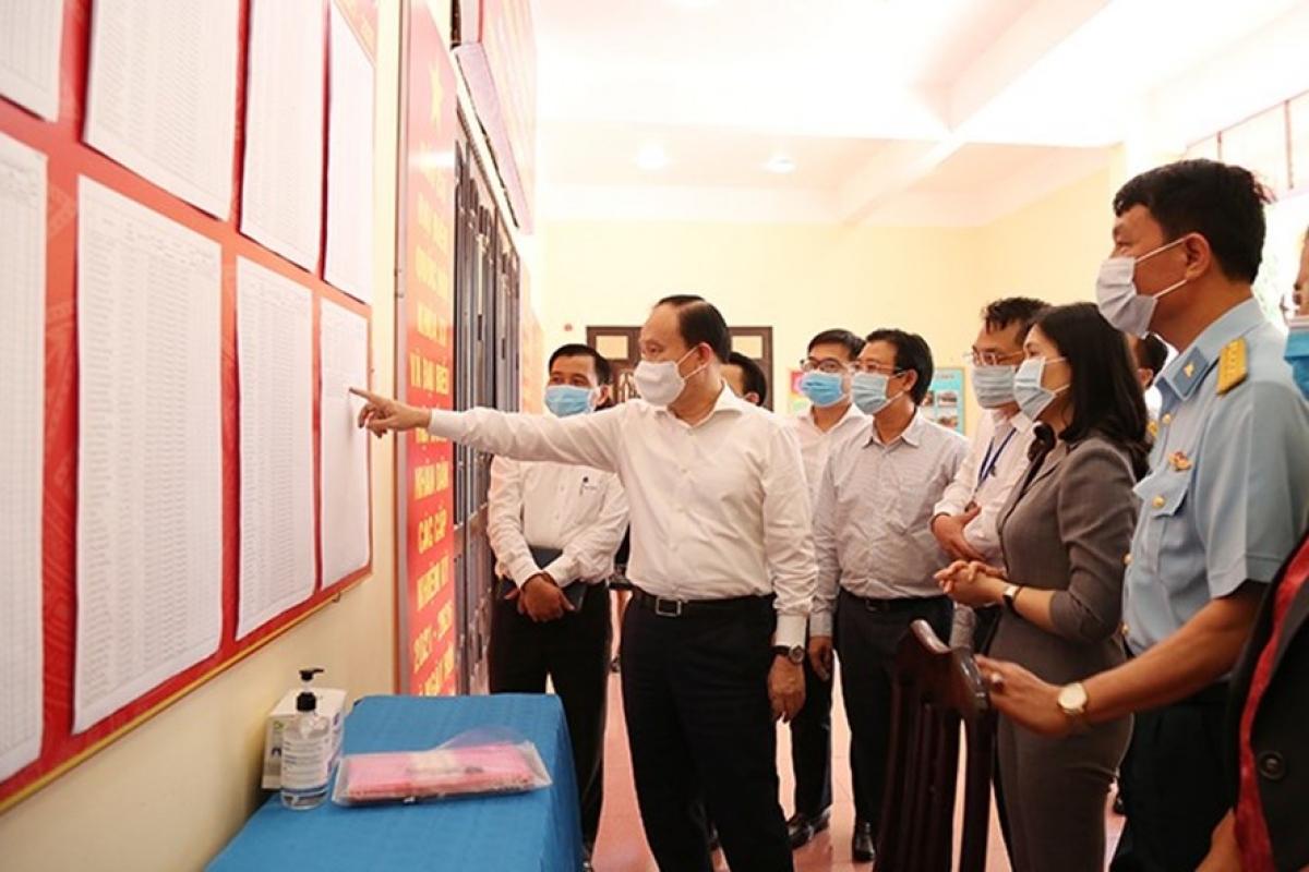 Chủ tịch HĐND thành phố Hà Nội Nguyễn Ngọc Tuấn kiểm tra việc niêm yết danh sách cử tri tại quận Cầu Giấy.