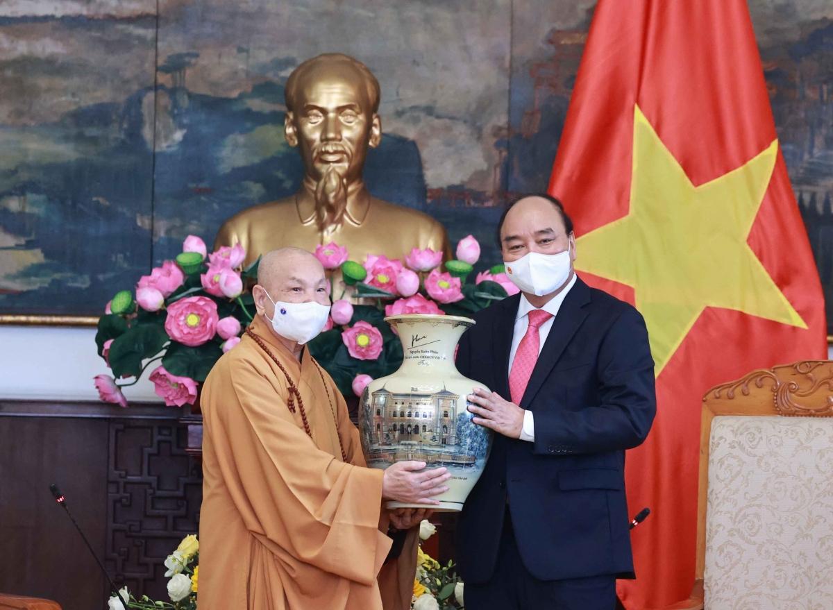 Chủ tịch nước tặng quà lưu niệm cho Hội đồng Trị sự Trung ương Giáo hội Phật giáo Việt Nam.
