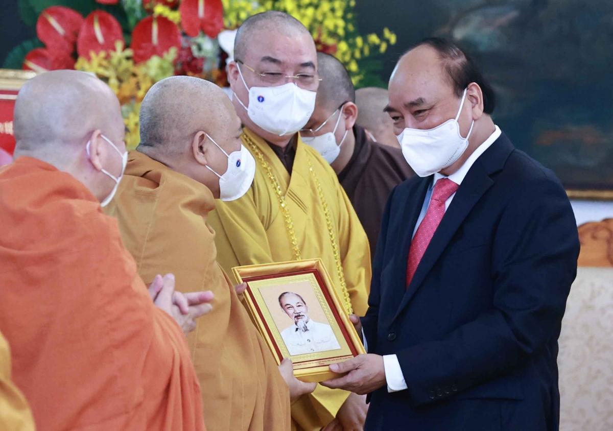Chủ tịch nước tặng ảnh chân dung Bác Hồ cho các đại biểu.