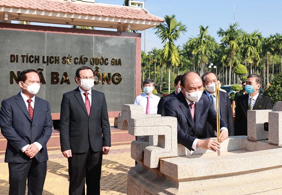 Chủ tịch nước Nguyễn Xuân Phúc, Bí thư Thành ủy TP HCM - Nguyễn Văn Nên tại khu di tích Ngã Ba Giồng.