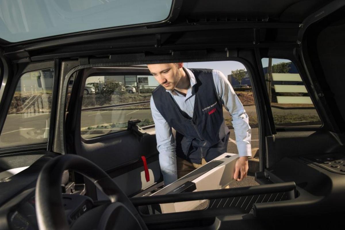 """Nhà sản xuất cũng cung cấp nhiều loại phụ kiện như lưới cửa, thảm sàn, ngăn chứa đồ, kẹp điện thoại thông minh và một chiếc """"dongle"""" kết nối với điện thoại thông minh."""