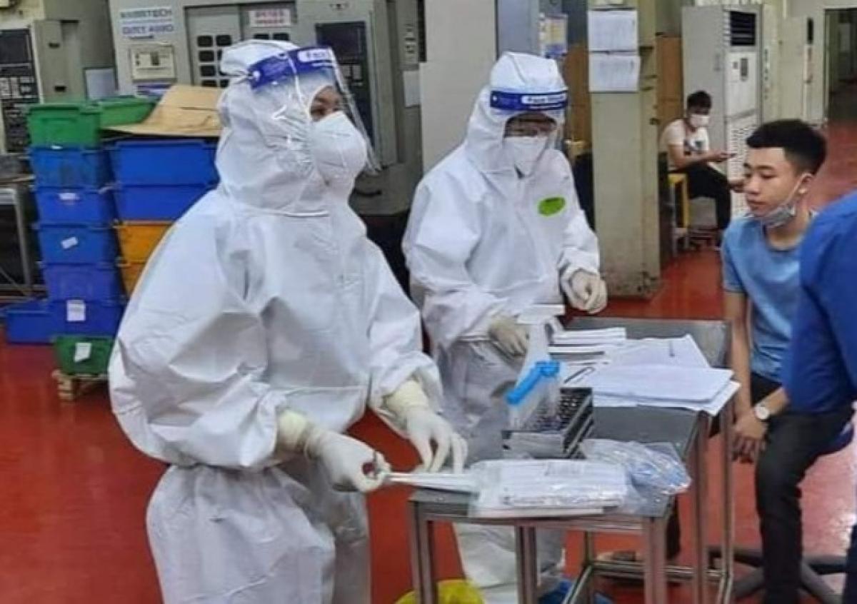Nhân viên y tế lấy mẫu xét nghiệm tại Công ty TNHH Shin Young Việt Nam (Khu công nghiệp Vân Trung).