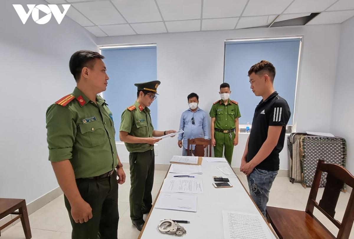 Công an Đà Nẵng đọc lệnh khởi tố một trong các đối tượng tổ chức nhập cảnh trái phép bị phát hiện cuối tháng 4 vừa qua (ảnh minh họa).