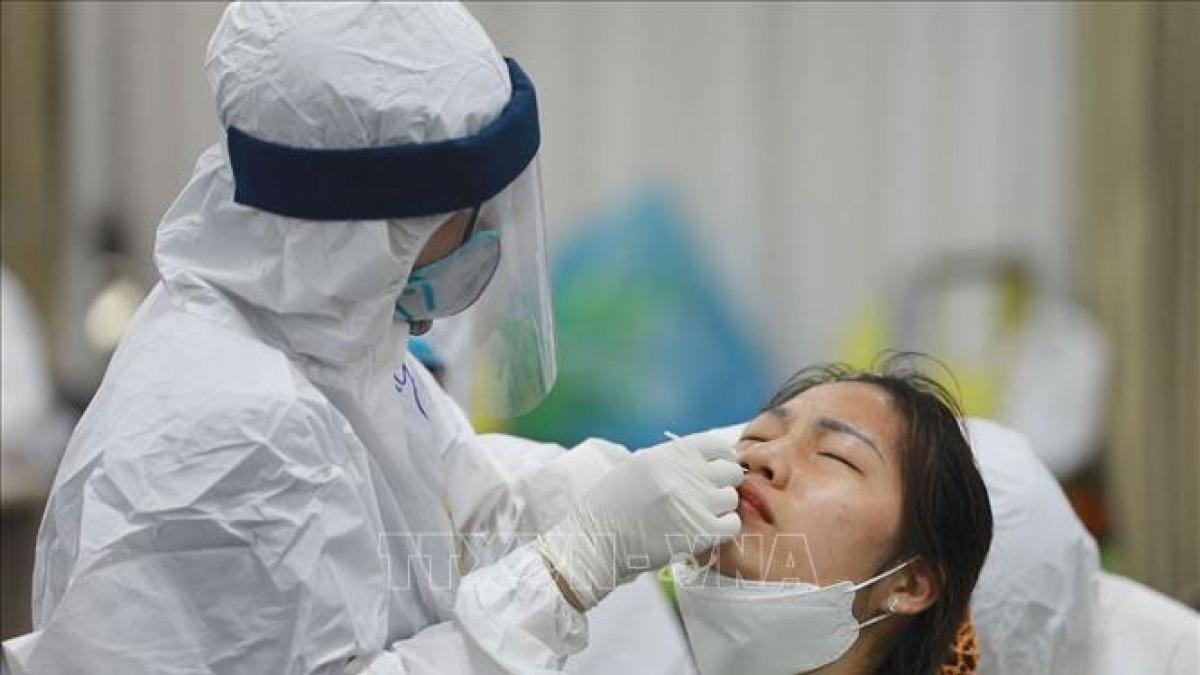 Lực lượng y tế lấy mẫu, xét nghiệm cho công nhân Công ty TNHH Samsung Electronics Việt Nam. Ảnh: TTXVN