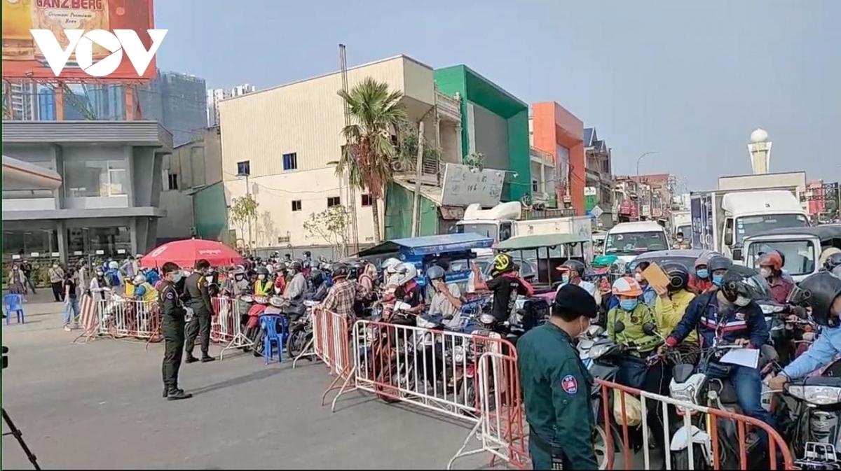 Lực lượng chức năng ngăn người dân vào thủ đô Phnom Penh trong thời gian phong tỏa.