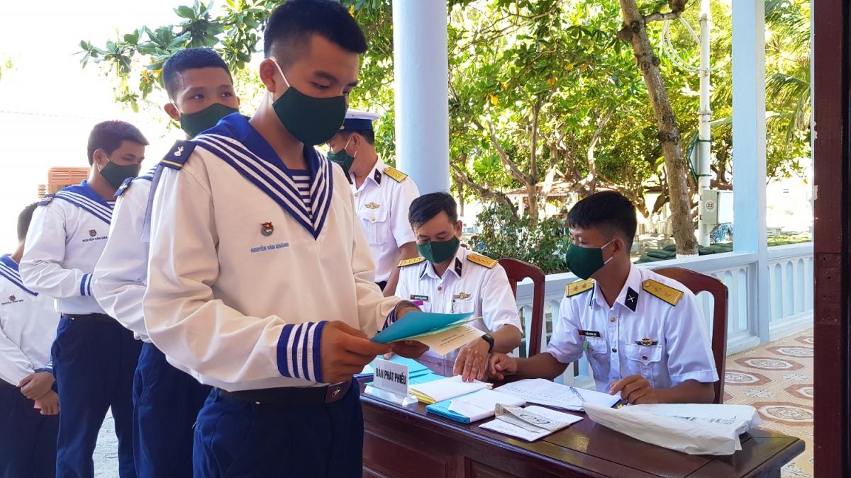 Cử tri đảo Sơn Ca nhận phiếu bầu.