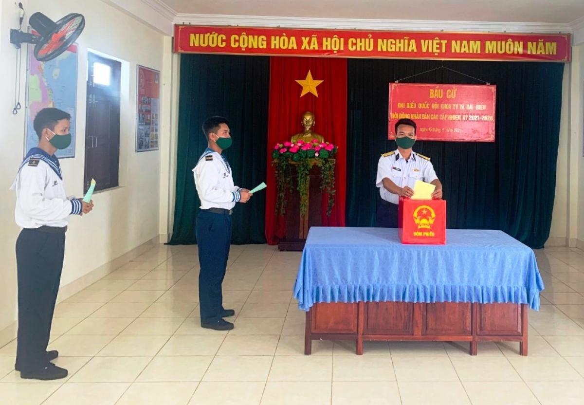 Cử tri đảo Tiên Nữ bỏ phiếu.