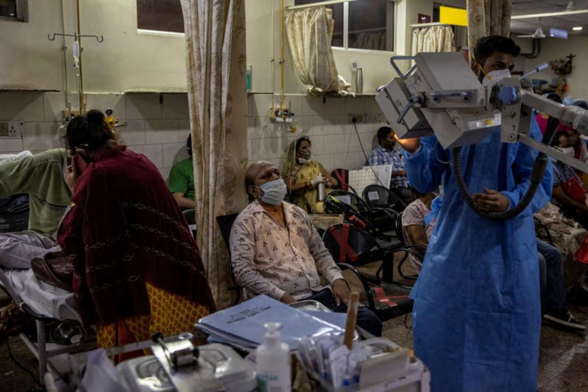 Các bệnh nhân Covid-19 trong một phòng điều trị khẩn cấp ở New Delhi, Ấn Độ. Ảnh: Reuters