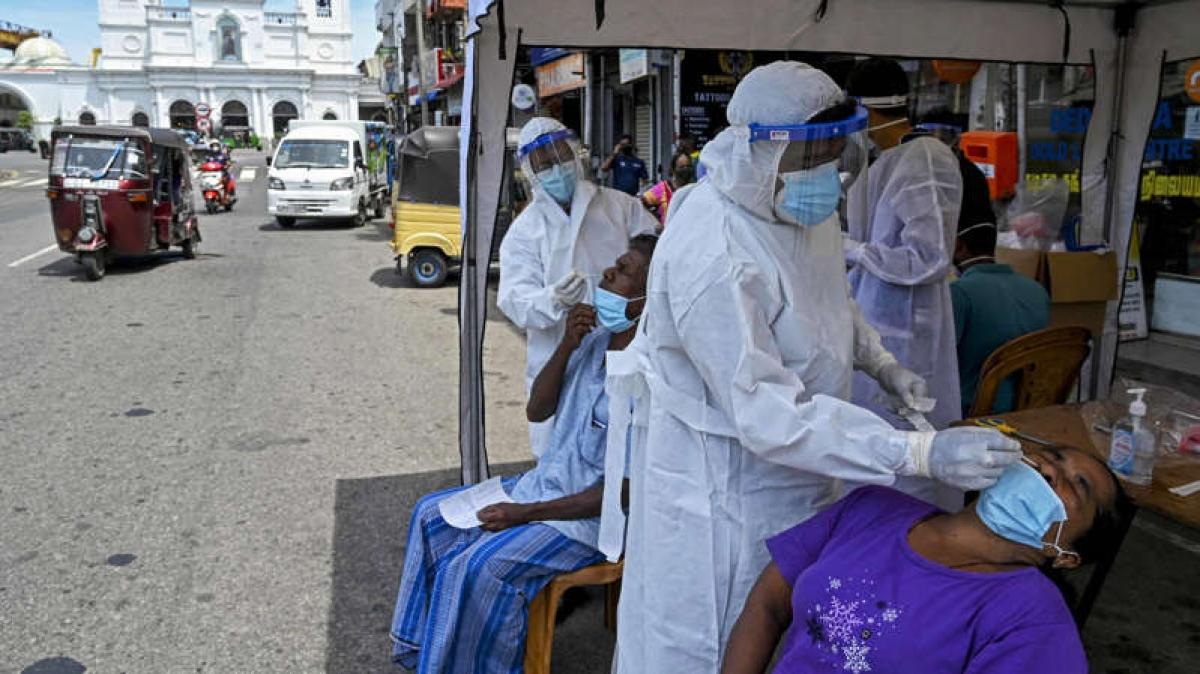 Nhân viên y tế lấy mẫu xét nghiệm Covid-19 ở Colombo, Sri Lanka. Ảnh: Getty