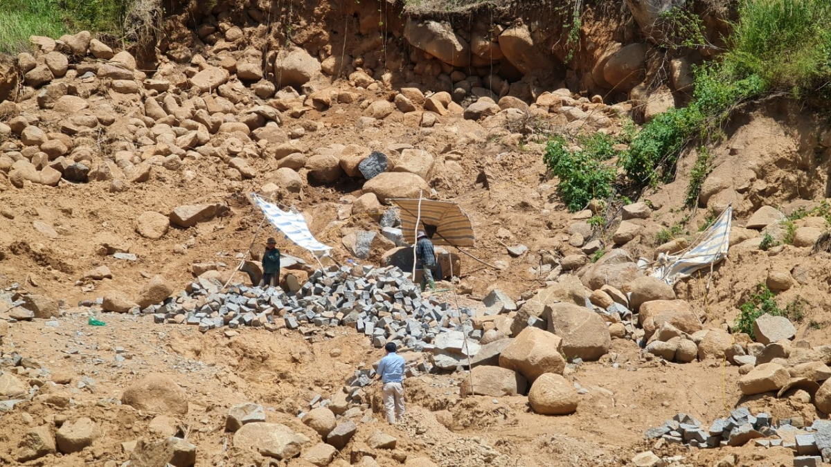Một điểm khai thác đá trái phép ngay trên đất rừng.