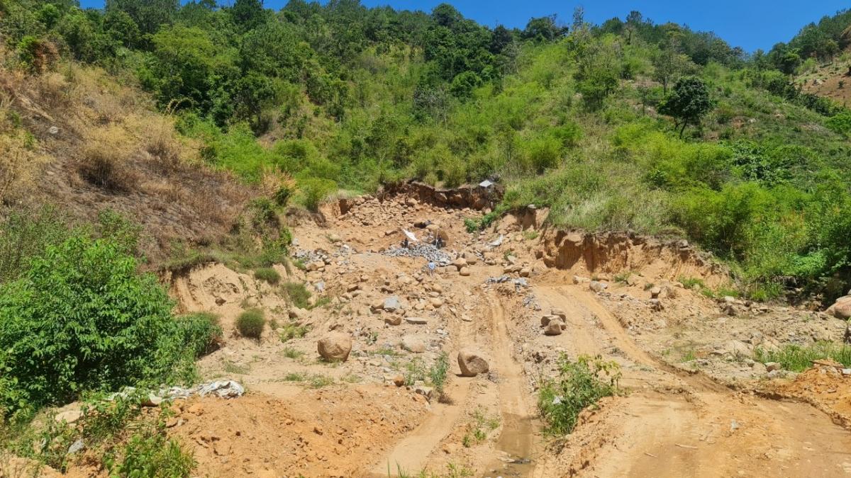 Các đầu nậu ngang nhiên san ủi đất rừng để khai thác đá