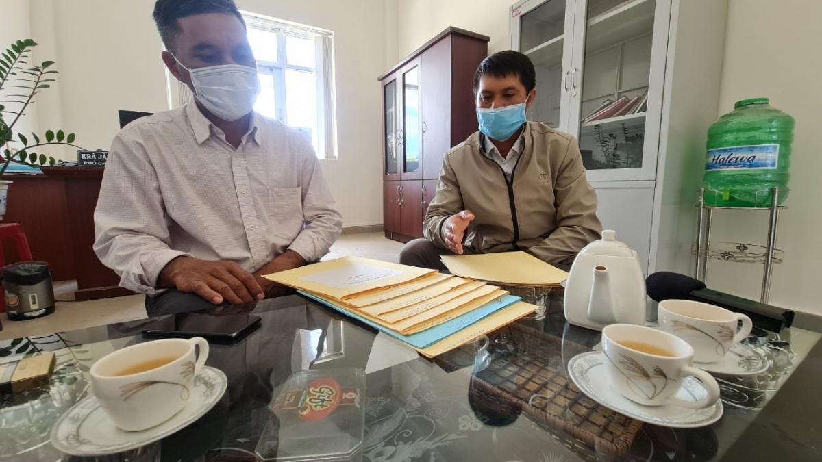 Cán bộ UBND xã Tà Nung phân trần về sự khó khăn trong công tác quản lý Nhà nước của mình.