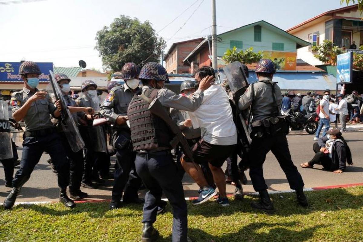 Cảnh sát trong một lần bắt giữ người biểu tình ở Myanmar. Ảnh: Reuters