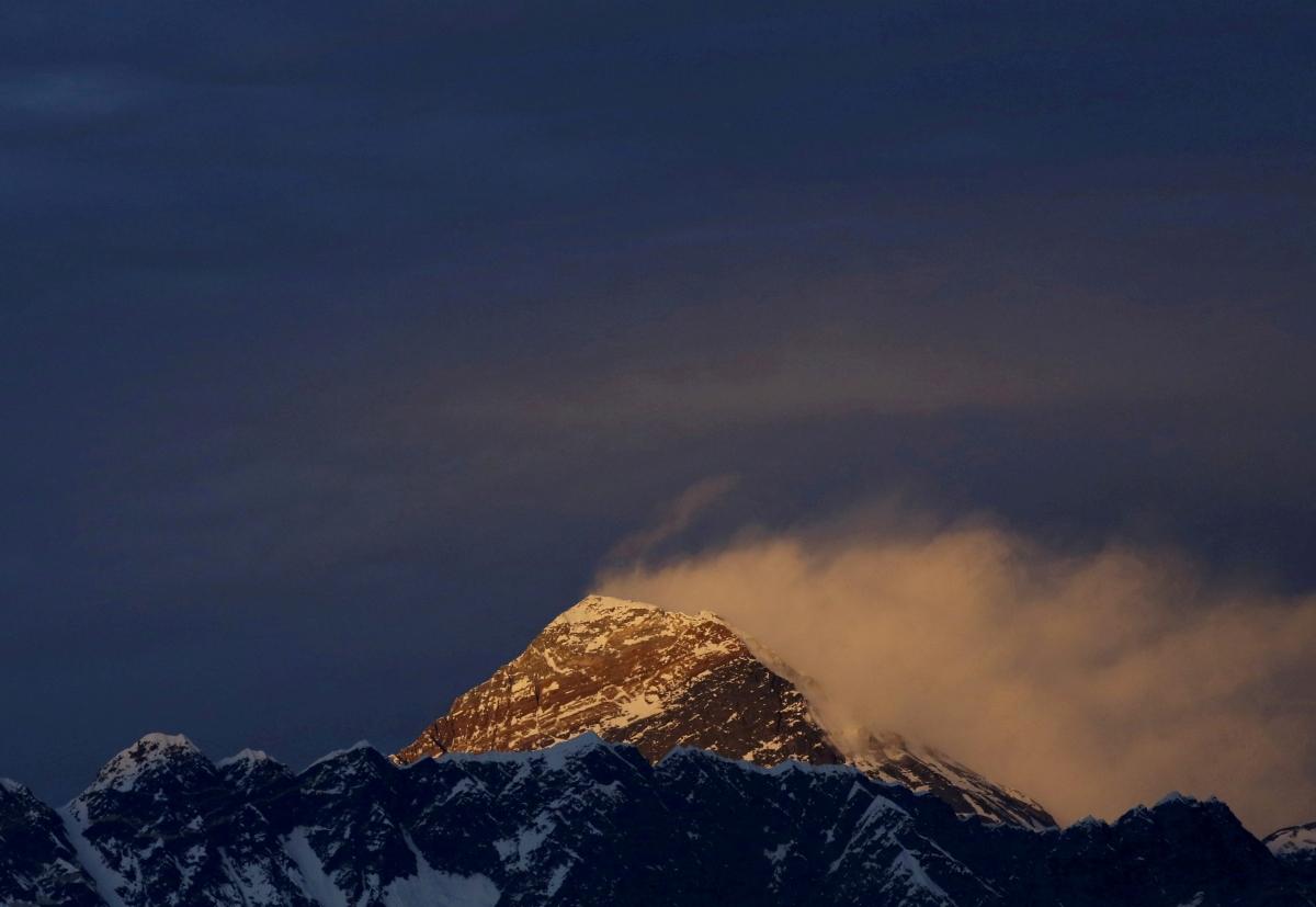 Đỉnh Everest lúc hoàng hôn nhìn từ phía huyện Solukhumbu của Nepal (Ảnh: Reuters)