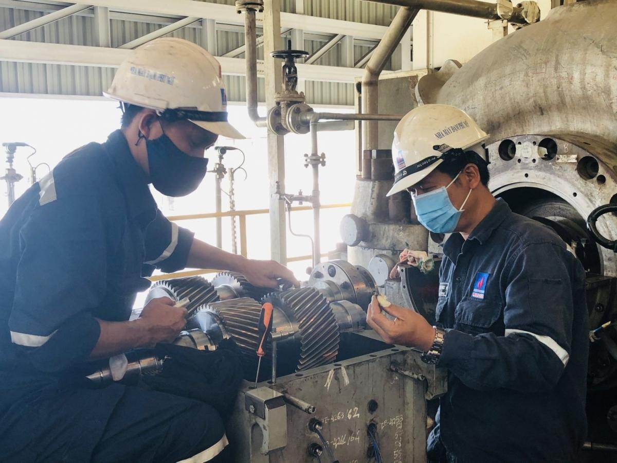 CBCNV Nhà máy Đạm Phú Mỹ đeo khẩu trang trong suốt quá trình tiến hành bảo dưỡng tổng thể.