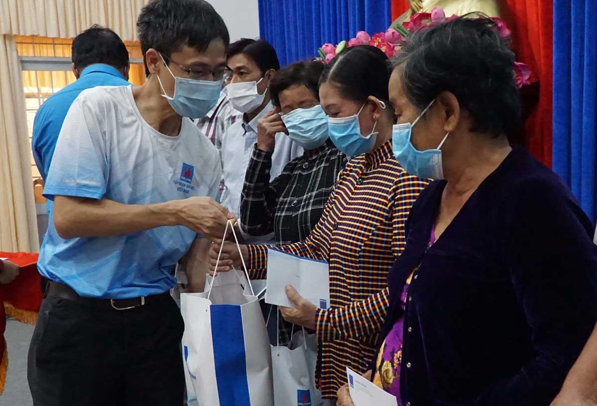Trong bối cảnh ứng phó đại dịch, Tập đoàn vẫn tổ chức chương trình Nghĩa tình người Dầu khí, chia sẻ với người nghèo trên khắp cả nước.