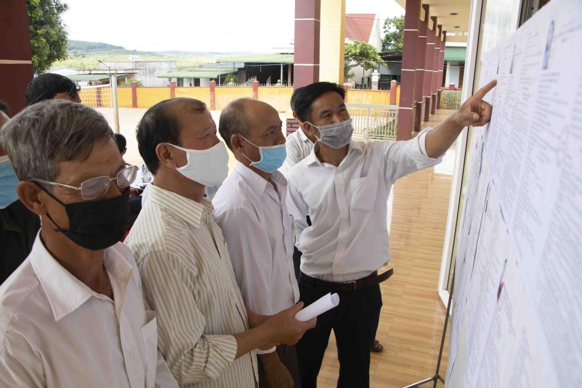 Cử tri xã Ea Hiao, huyện Ea Hleo, tỉnh Đắk Lắk tìm hiểu thông tin về các ứng cử viên.