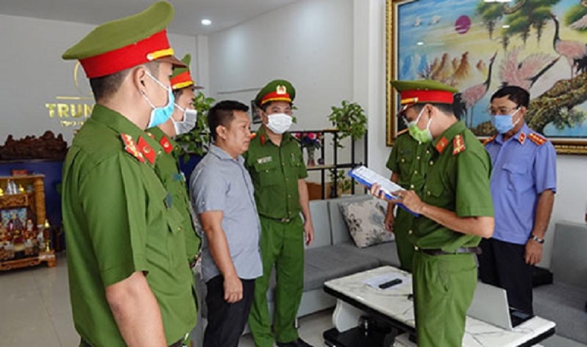 Đọc lệnh bắt tạm giam Cao Đức Trung (Ảnh: CA cung cấp)