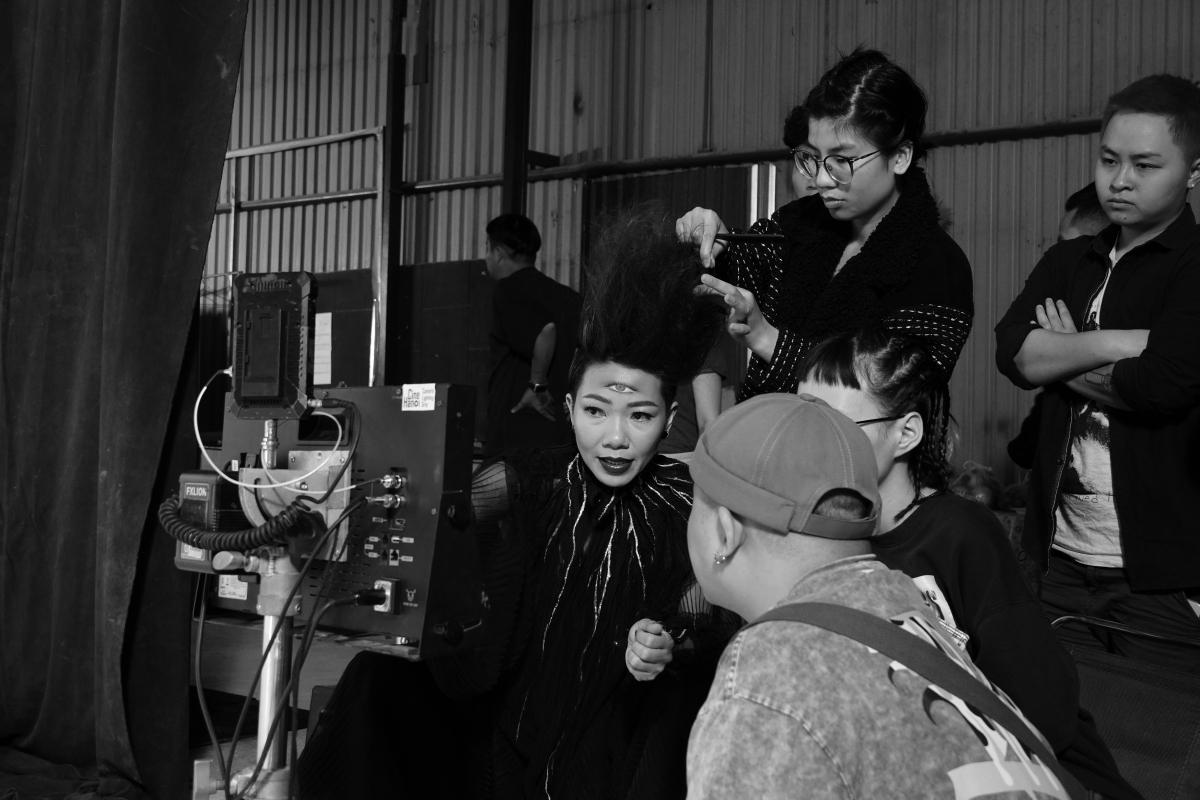 Hà Trần làm việc với ekip trẻ.
