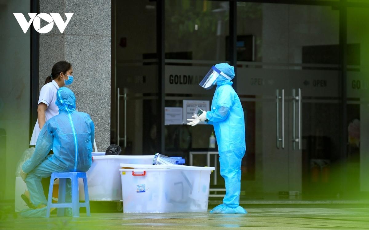 Lực lượng y tế lấy mẫu tại khu chung cư Goldmark City sau khi phát hiện ca mắc COVID-19 sinh sống tại đây.