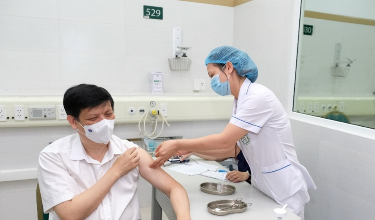 Bộ trưởng Bộ Y tế Nguyễn Thanh Long tiêm vaccine COVID-19 AstraZeneca. (Ảnh: Trần Minh)