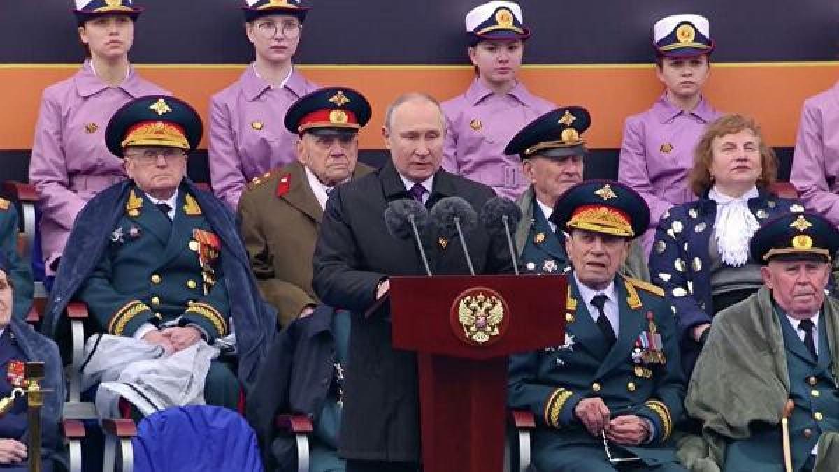 """Tổng thống Putin phát biểu khai mạc: """"Xin chúc mừng các bạn nhân ngày Chiến thắng. Một ngày lễ đã đang và sẽ là ngày đáng quý, thiêng liêng nhất đối với không chỉ riêng nước Nga và với cả thế giới"""". Ảnh: RIA Novosti"""