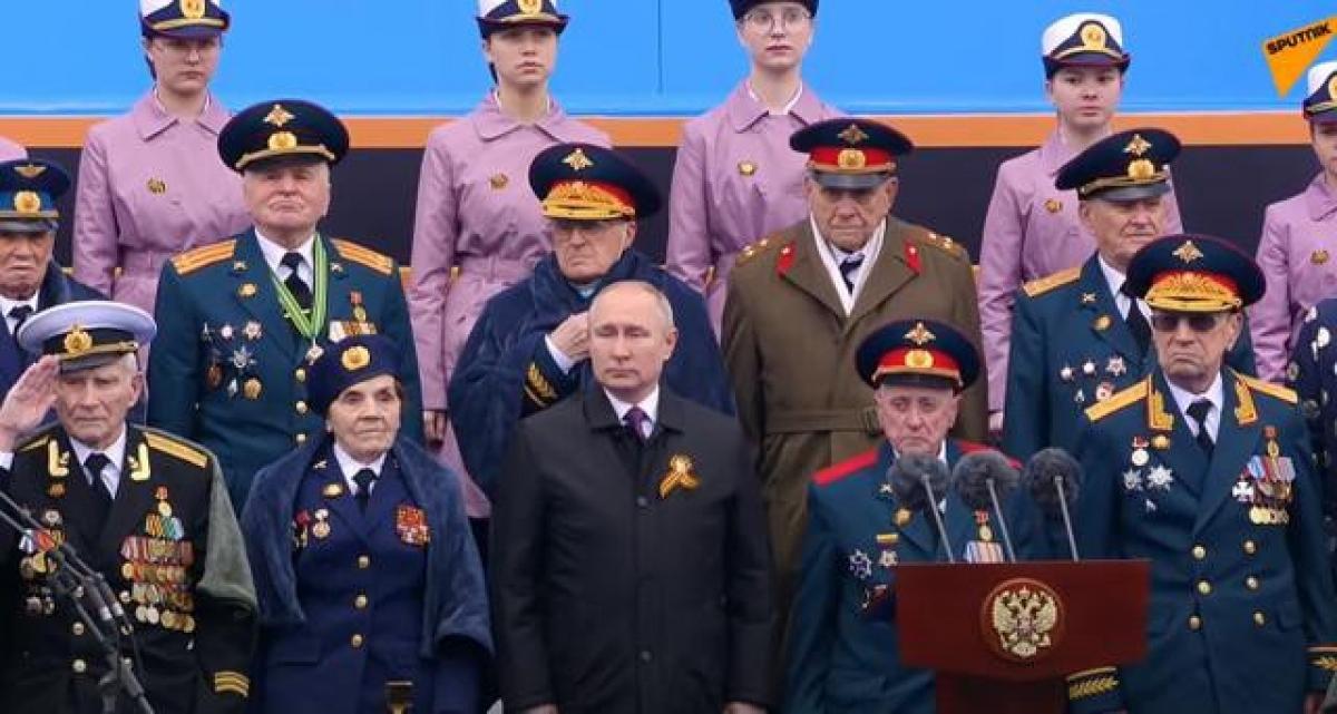 Tổng thống Vladimir Putin cùng nhiều cựu chiến binh Nga có mặt trên lễ đài. Ảnh: RIA Novosti.