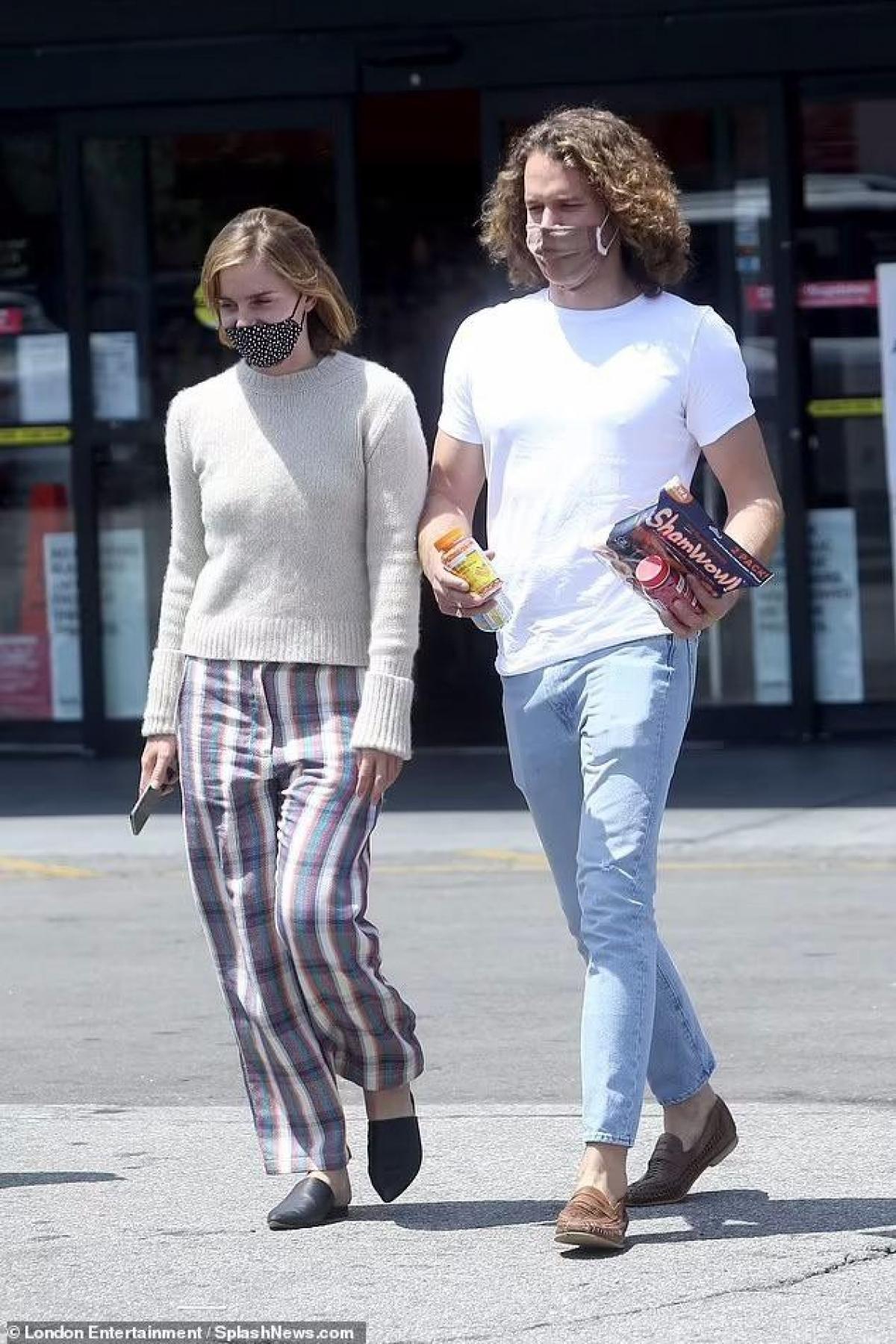 Emma Watson và bạn trai Leo Robinton vui vẻ đi mua sắm ở Los Angeles.