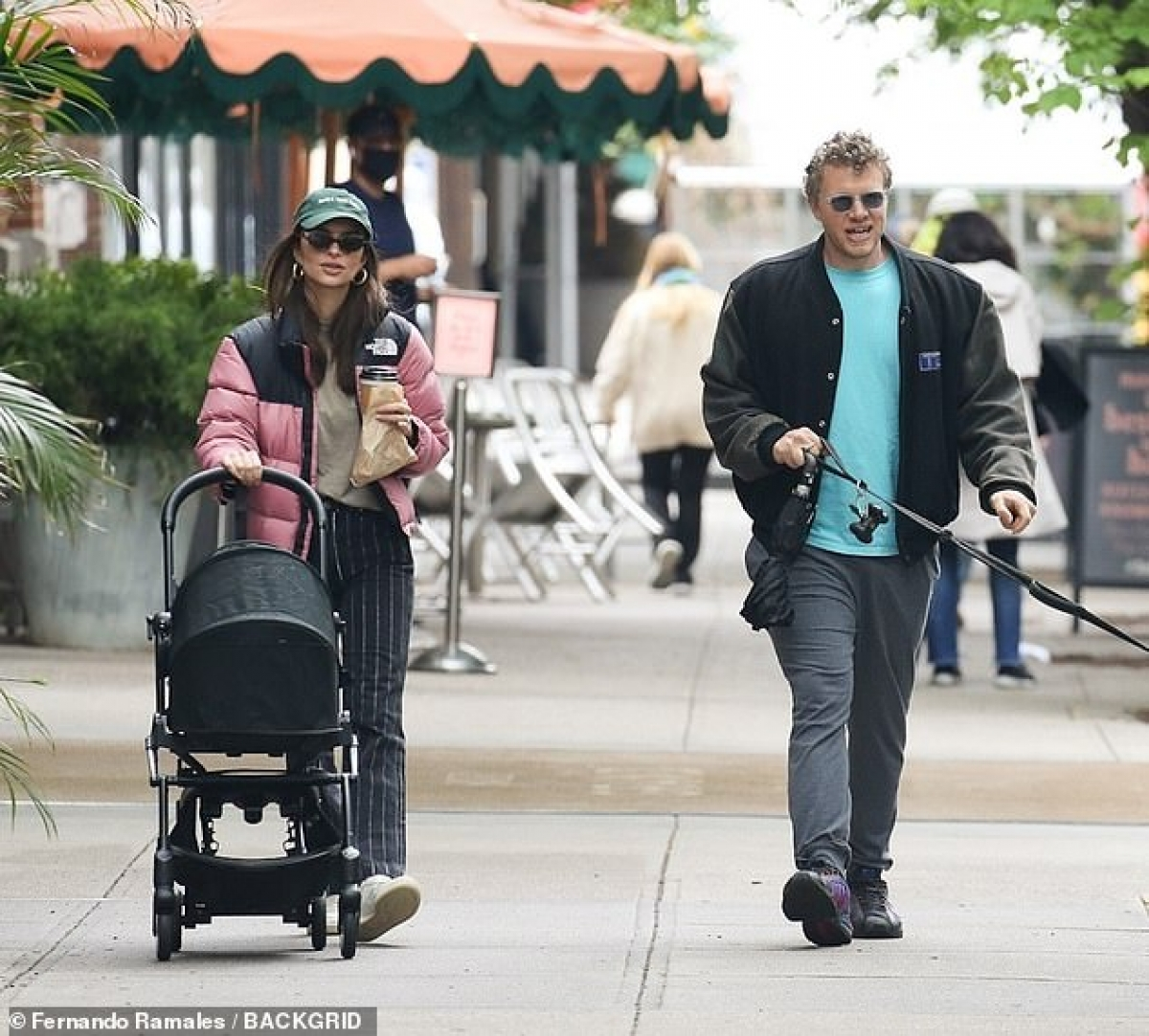 Cuối tuần, Emily Ratajkowski đã cùng ông xã Sebastian Bear-McClard đưa bé Sylvester đi dạo ở New York dịp cuối tuần.