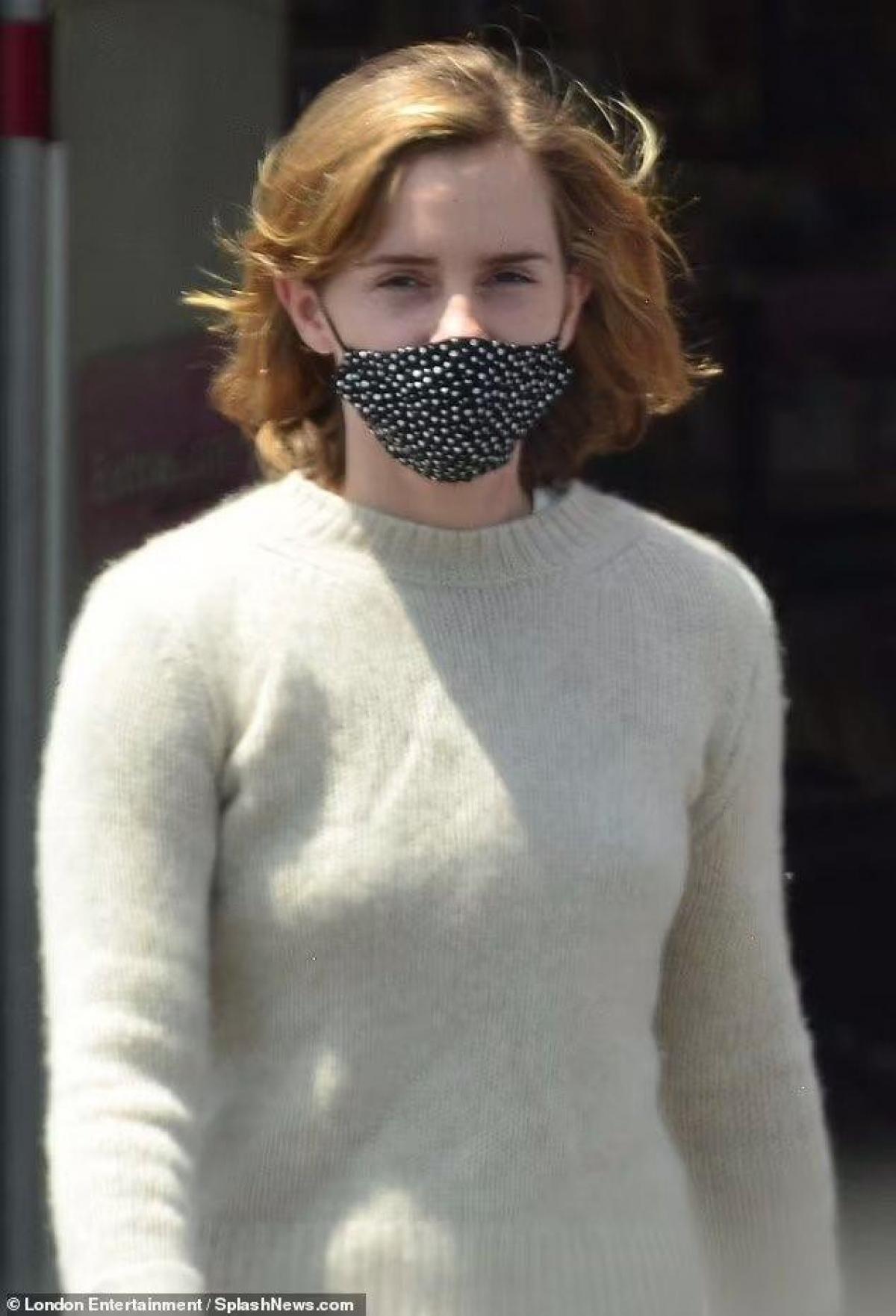 Nữ diễn viên ăn mặc giản dị.