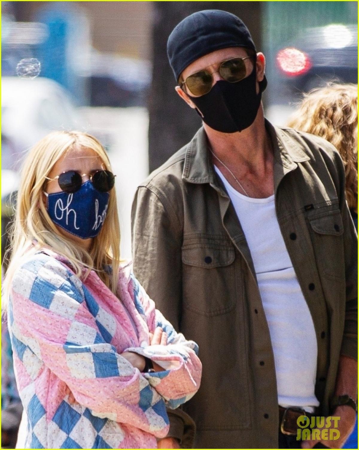 Nữ diễn viên diện áo khoác dáng dài sang chảnh, đeo khẩu trang cẩn thận ra phố.