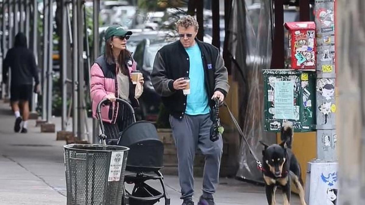 Cô và ông xã trò chuyện vui vẻ ngay trên phố.