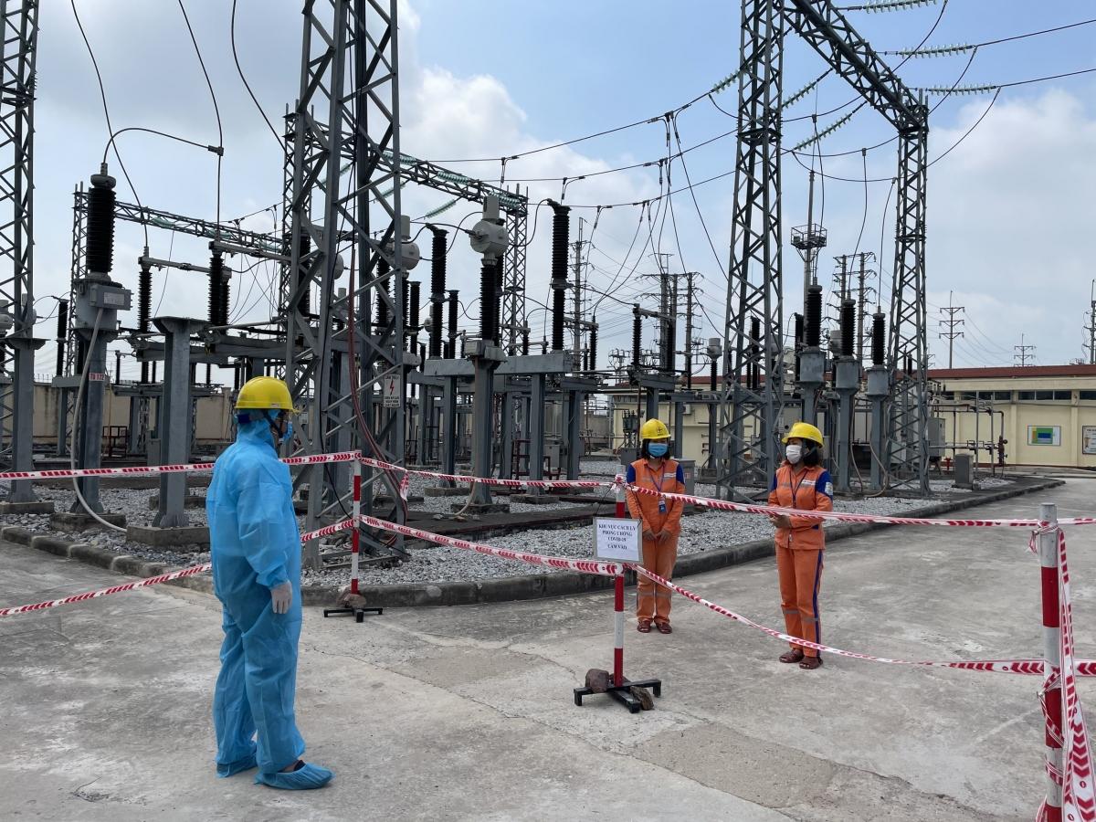 Ông Vũ Anh Phương - Phó Tổng giám đốc Tổng công ty Điện lực miền Bắc (áo bảo hộ xanh) kiểm tra công tác đảm bảo điện và động viên kip trực tại Trạm biến áp 110kV Vân Trung (huyện Việt Yên, tỉnh Bắc Giang).