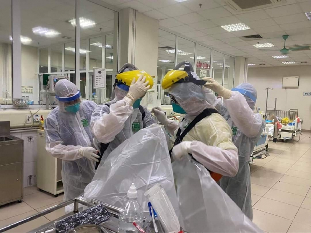 They are required to put on personal protective suits before intubating severe patients.