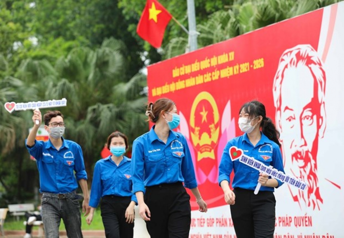 Vietnamese youths go to polling stations (Photo: VNA)