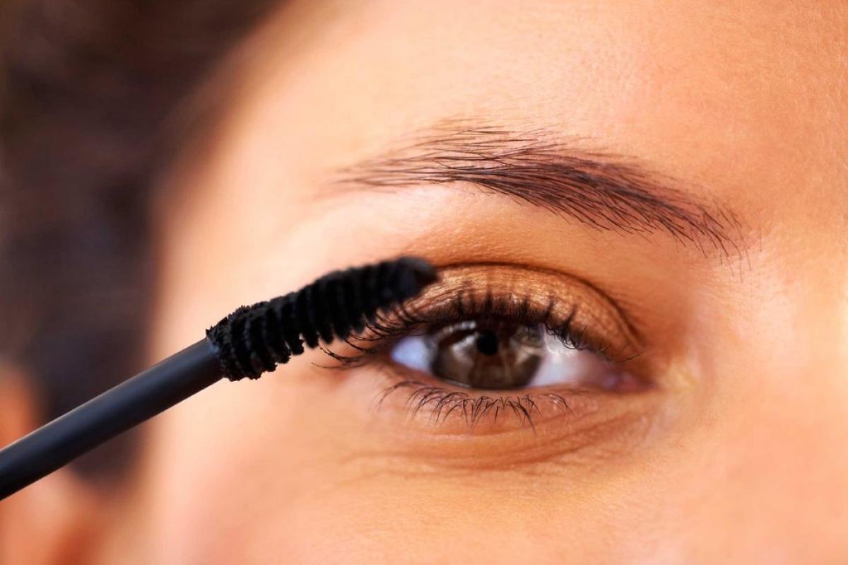 Kiểm tra mỹ phẩm: Có thể bạn chưa bao giờ nghĩ đến việc vi khuẩn có thể đang sinh sôi ở mascara và các sản phẩm trang điểm khác, nhưng đây là một thực tế hiển nhiên. Các vi khuẩn trong các sản phẩm trang điểm mắt có thể gây viêm mắt hoặc nhiễm trùng mắt. Do đó, bạn nên thay các sản phẩm trang điểm mắt 3 tháng một lần.