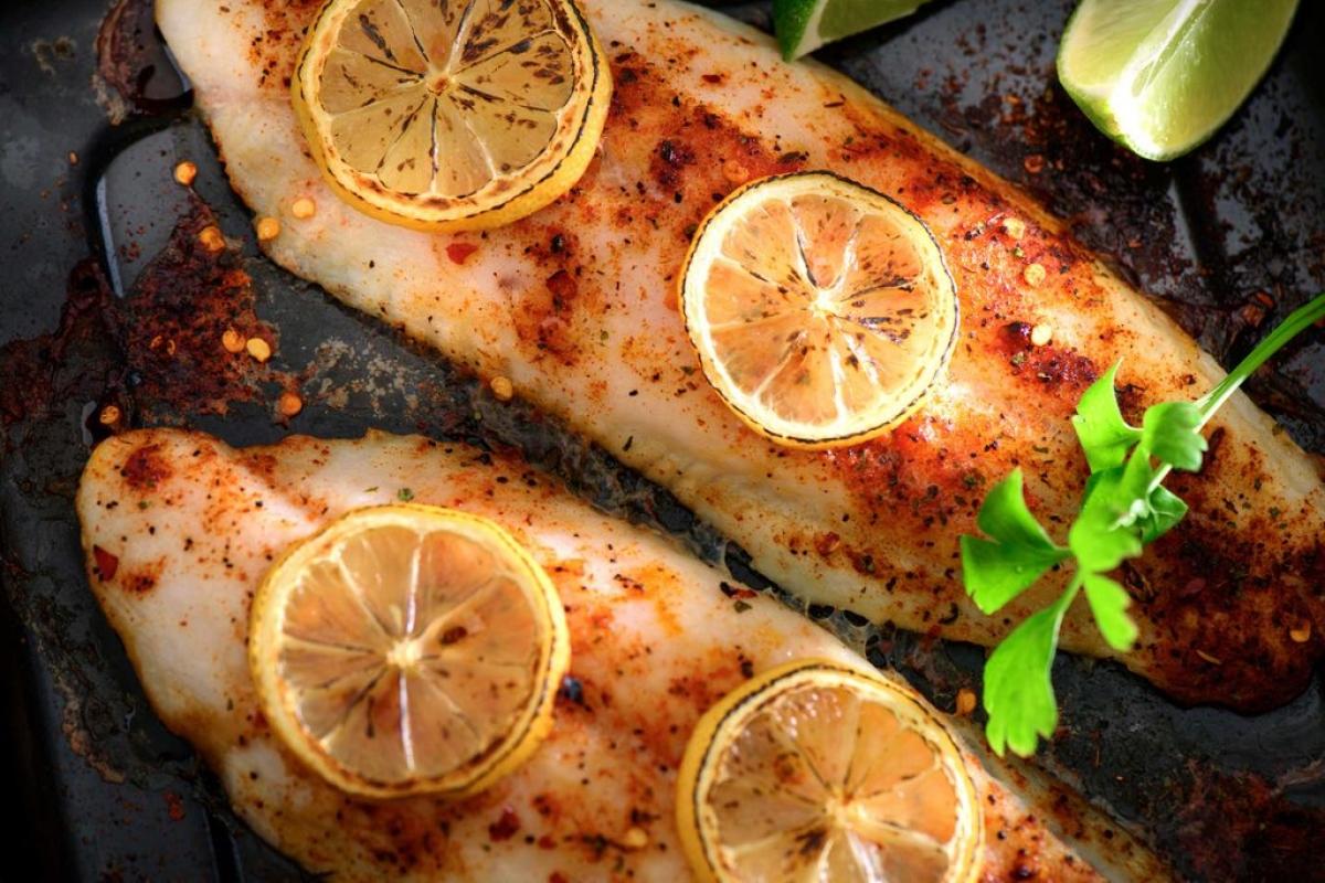 Ăn nhiều cá: Nghiên cứu khoa học cho rằng ăn các loại cá béo có thể giúp ngăn ngừa hội chứng khô mắt. Đây là một bệnh lý thường gặp ở người lớn tuổi, xảy ra khi mắt không tiết đủ nước mắt hoặc nước mắt bốc hơi nhanh chóng. Hậu quả là mắt bạn cảm thấy ngứa ngáy, thậm chí hơi đau.