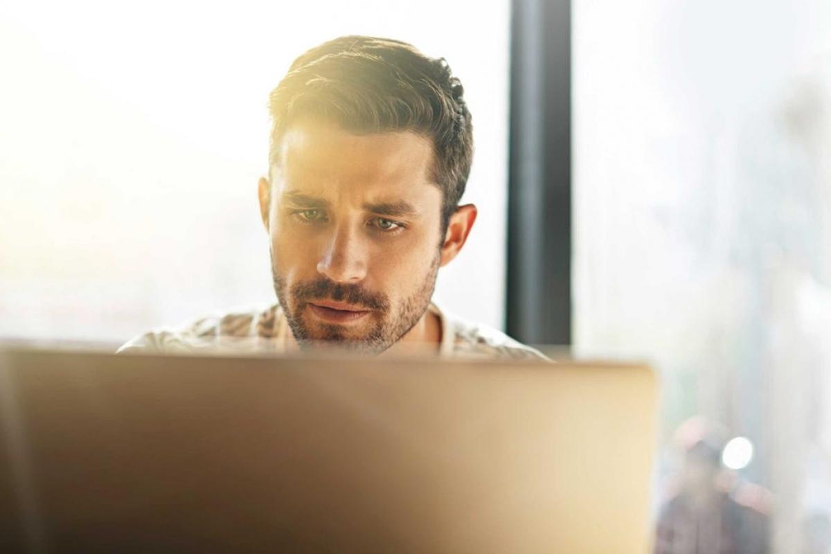 Hạ thấp màn hình máy tính: Bạn có thể giảm nguy cơ khô mắt khi làm việc với máy tính bằng cách đặt màn hình thấp hơn tầm mắt. Điều này giúp mí mắt của bạn hơi khép khi nhìn màn hình, từ đó giảm sự bay hơi của nước mắt./.