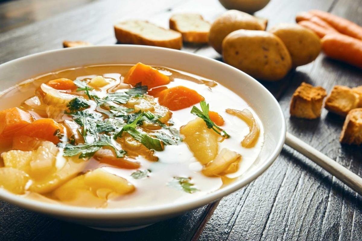 """Ăn những thực phẩm sáng màu: Hãy """"tô điểm"""" bàn ăn của bạn với những thức ăn màu vàng hoặc cam. Lòng đỏ trứng và các loại rau củ quả như cà rốt hay bí đỏ rất giàu zeaxanthin và lutein. Các dưỡng chất này giúp bảo vệ mắt khỏi thoái hóa điểm vàng, một trong những nguyên nhân phổ biến nhất gây mất thị lực ở người lớn tuổi."""