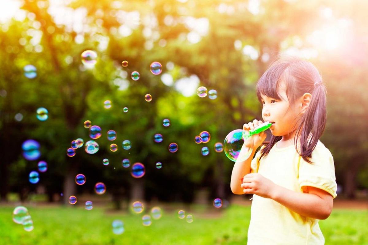 Động viên con trẻ ra ngoài trời: Suốt ngày chỉ ở trong nhà sẽ khiến thị lực của trẻ em bị ảnh hưởng tiêu cực, dễ dẫn đến cận thị. Nghiên cứu cho thấy dành nhiều thời gian ngoài trời sẽ giúp làm chậm hoặc giảm sự phát triển của tật cận thị ở trẻ em độ tuổi đi học.