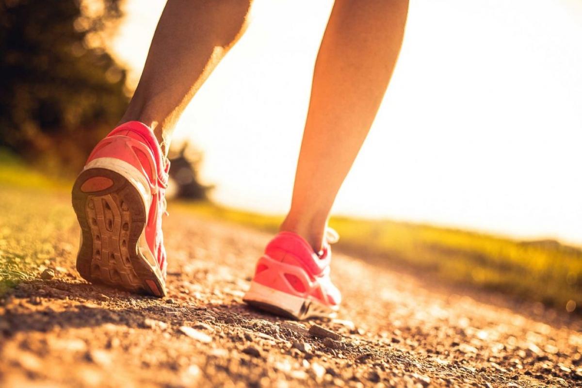 Đi bộ: Tập thể dục có vai trò rất quan trọng trong việc duy trì sức khỏe, bao gồm cả thị lực. Nhiều nghiên cứu đã chỉ ra lợi ích của việc tập thể dục ngoài trời đối với việc ngăn ngừa cận thị và sự tăng nặng của cận thị.