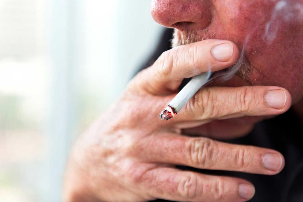 Tránh xa khói thuốc: Hút thuốc lá có hại cho toàn cơ thể và đôi mắt cũng không là ngoại lệ. Nghiên cứu đã chỉ ra mối liên hệ giữa thoái hóa điểm và việc hút thuốc lá, với các bằng chứng cho thấy người hút thuốc lá có nguy cơ mù lòa do thoái hóa điểm vàng cao gấp 4 lần so với người không hút thuốc.