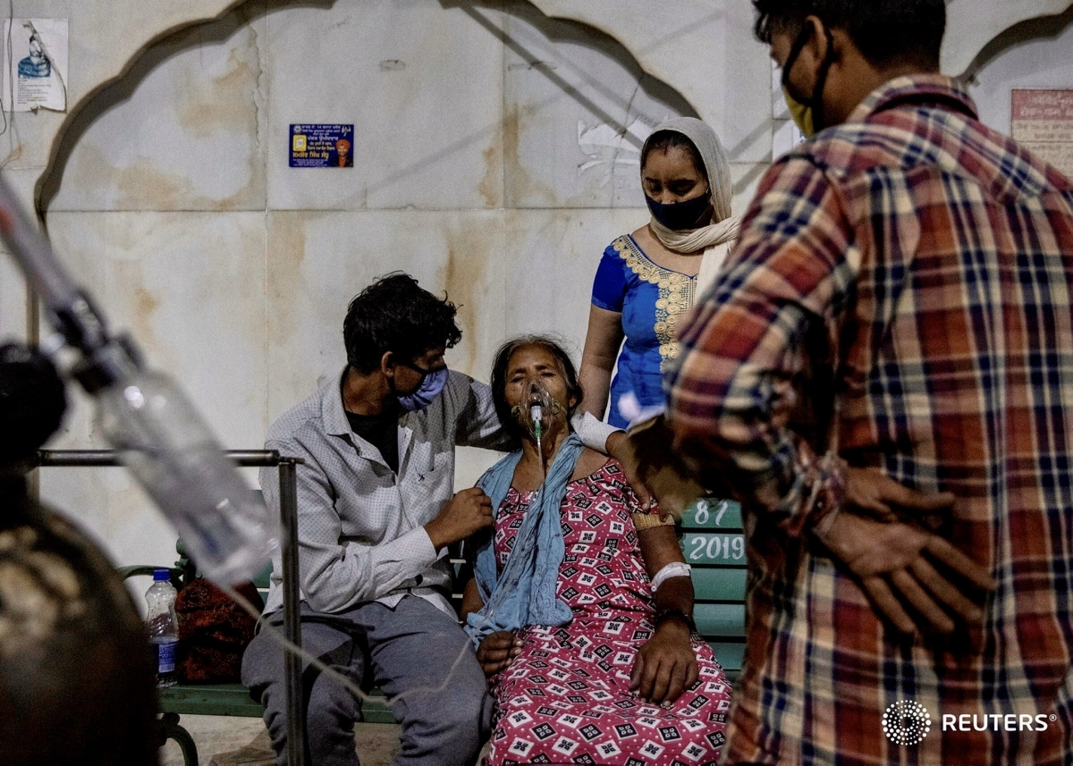 Bệnh nhân Covid-19 được hỗ trợ thở oxy tại Ghaziabad, Ấn Độ. Ảnh: Reuters