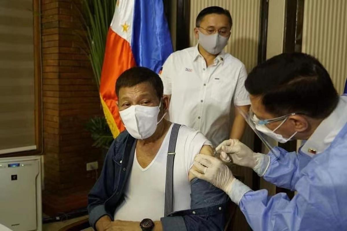 Tổng thống Philippines tiêm vaccine Covid-19 Sinopharm của Trung Quốc. (Nguồn: Manila Times/Bong Go Page)