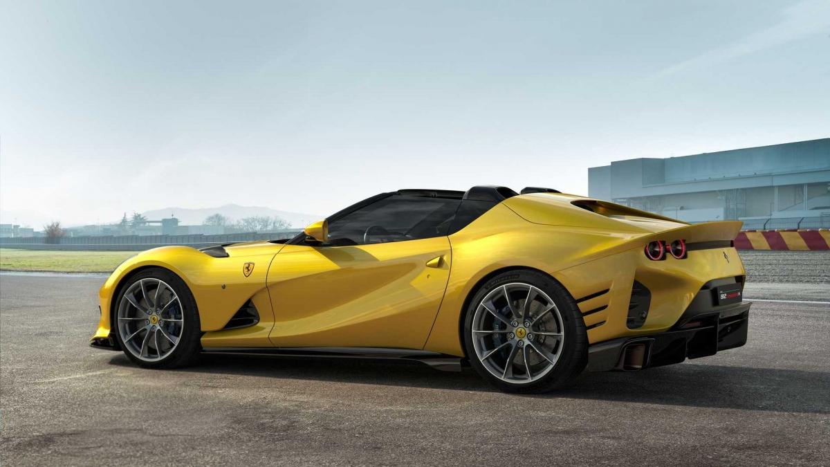 Giống với Ferrari 812 Competizione, xe vẫn được trang bị khối động cơ V12 với góc nghiêng 65 độ huyền thoại. Tuy nhiên, động cơ này giờ đây đã được tinh chỉnh để có thể tạo ra công suất cực đại 830 mã lực và tốc độ tối đa lên đến 9.500 vòng/phút, biến nó thành động cơ mạnh mẽ và nhanh nhất của Ferrari. Mô-men xoắn tối đa mà khối động cơ này có thể tạo ra ở mức 695 Nm, thấp hơn con số 717 Nm của 812 GTS.