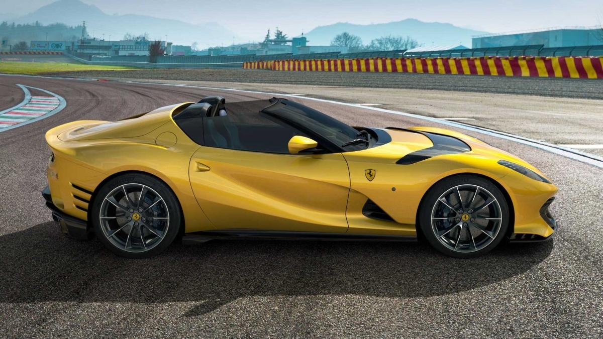 Ferrari trang bị cho xe hộp số 7 cấp, ly hợp kép với phần mềm mới, mang đến khả năng sang số nhanh hơn 5% mặc dù giữ nguyên tỉ số truyền như 812 GTS. Với sự nâng cấp này, Ferrari 812 Competizione A có khả năng tăng tốc lên 100 km/h trong vòng 2,85 giây và tốc độ tối đa đạt 340 km/h. Không những thế, động cơ này còn được chế tạo từ những vật liệu cao cấp nhất.