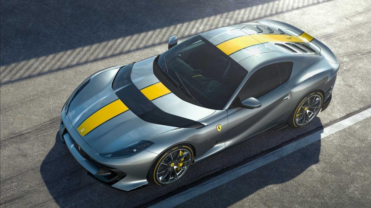 Ferrari trang bị cho xe hộp số 7 cấp, ly hợp kép với phần mềm mới, mang đến khả năng sang số nhanh hơn 5% mặc dù giữ nguyên tỉ số truyền như mẫu 812 Superfast. Với sự nâng cấp này, Ferrari 812 Competizione có khả năng tăng tốc lên 100 km/h trong vòng 2,85 giây và tốc độ tối đa đạt 340 km/h. Không những thế, động cơ này còn được chế tạo từ những vật liệu cao cấp nhất.