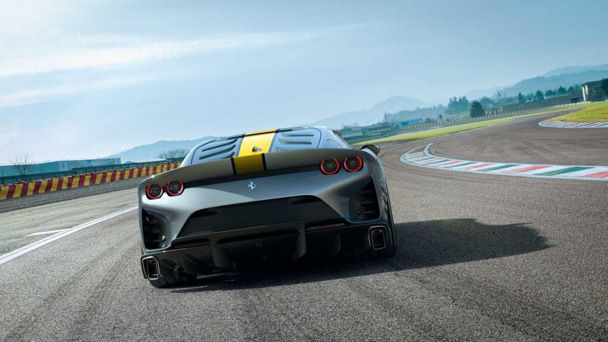 Về mặt công nghệ, Ferrari trang bị cho 812 Competizione hệ thống đánh lái bốn bánh. Nhờ có hệ thống này, người lái sẽ cảm nhận được sự nhạy bén và chính xác mỗi lần vào cua hoặc chuyển làn. Hệ thống này cũng giúp cải thiện sự ổn định khi xe vận hành ở tốc độ cao cũng như sự nhanh nhẹn khi di chuyển ở nơi đông đúc. Mẫu xe này cũng được trang bị hệ thống kiểm soát trượt ngang thế hệ thứ 7, mới nhất của hãng.